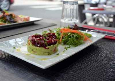 Salade de guacamole d'avocat et tartare de betterave