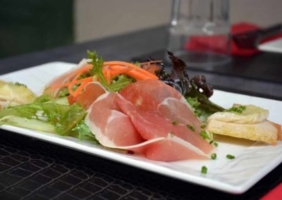 Salade de crottin de Chavignol et jambon de Serrano
